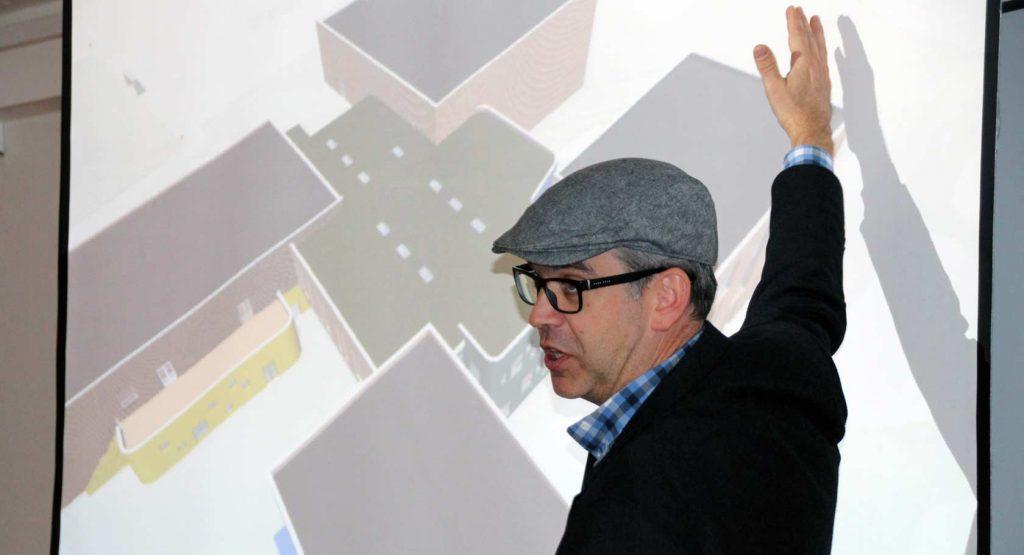 Daglig leder James Dodson i Spinn Arkitekter presenterte hvordan skoleanlegget i øyeblikket ser ut. Nå skal det detaljplanlegges mye i tiden som kommer for å spikre den endelige løsningen.