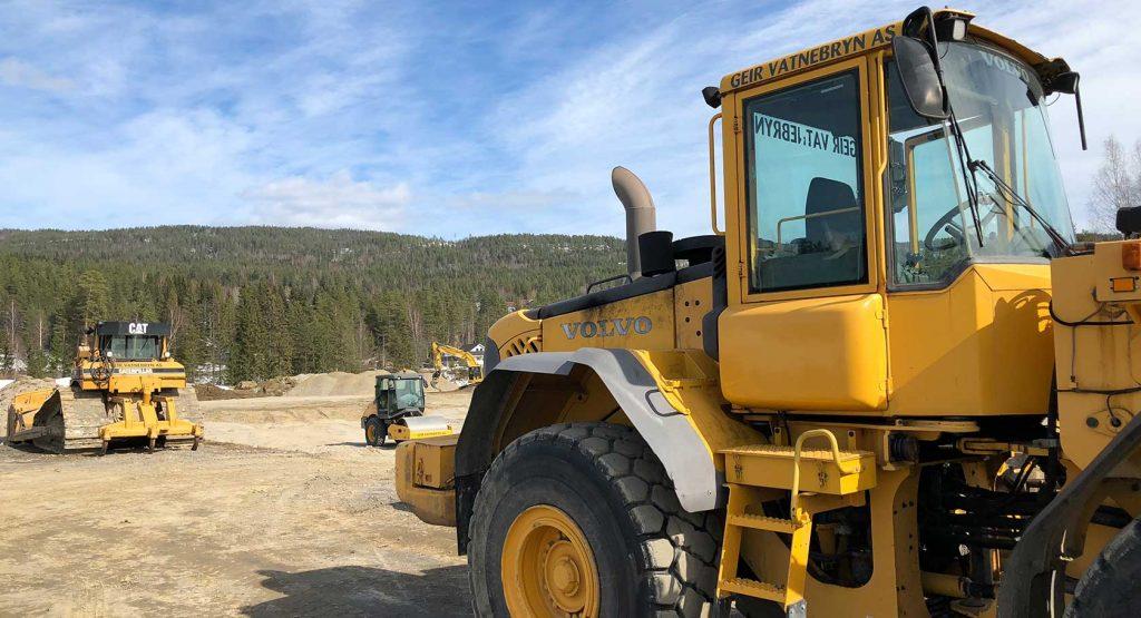 Maskiner fra det lokale firmaet Geir Vatnebryn AS er leid inn for å bistå i grunnarbeidene. Lokale leverandører benyttes altså i stor grad under byggeprosessen.