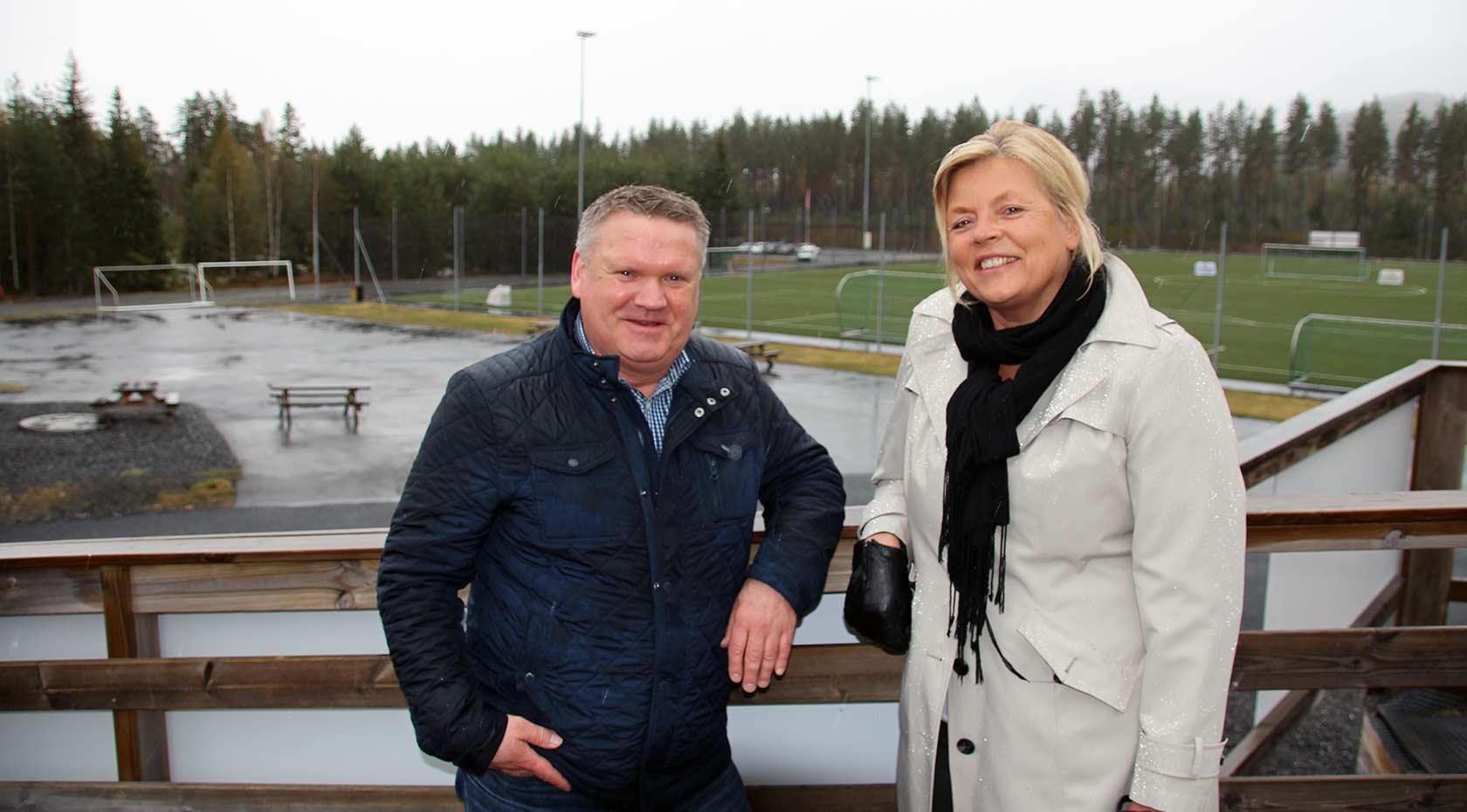 Rådmann i Flesberg Jon Gjæver Pedersen og prosjektleder for Flesberg skole 2019, Kristin Borander er svært fornøyde med Klimasats-midlene som nå er bevilget fra Miljødirektoratet.