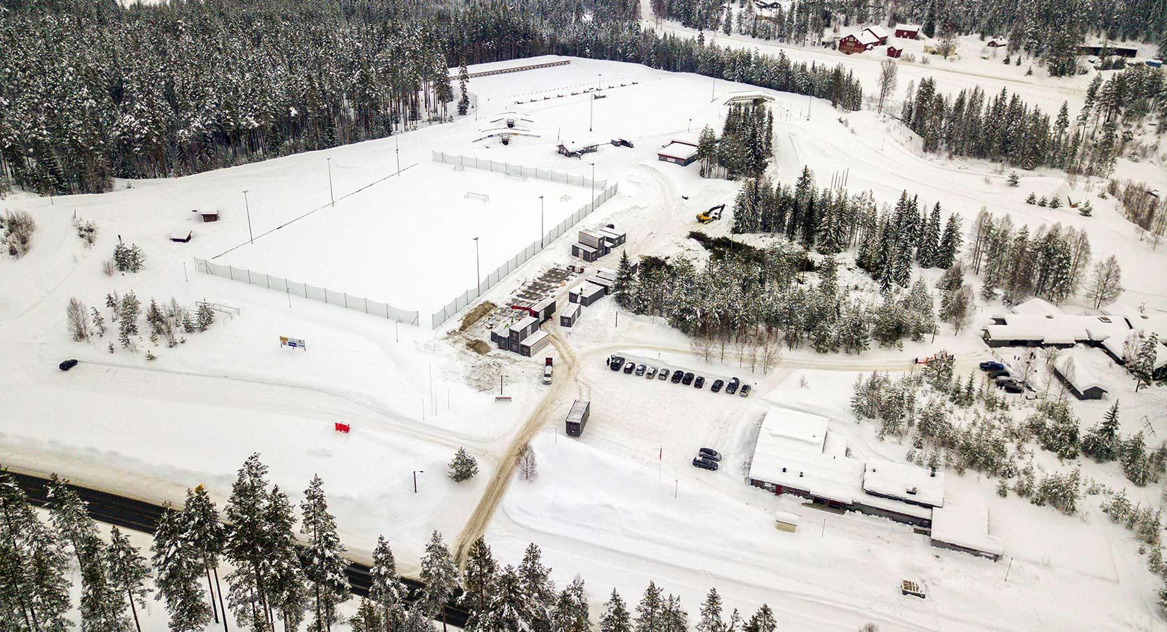 Dette bildet er tatt med drone over Stevningsmogen 14. februar 2018. Her er entreprenøren i ferd med å rigge opp anleggsplassen. Vi skal fortsette å fotografere med drone for å vise endringene på området fremover.