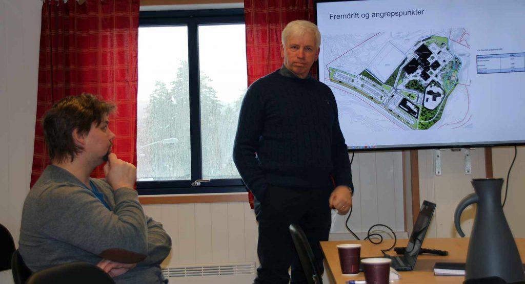Prosjektleder Øyvind Bakken i Backe Stor-Oslo (t.v.) og ordfører Oddvar Garaas i Flesberg orienterte kort om fremdriften de neste ukene av byggeperioden.