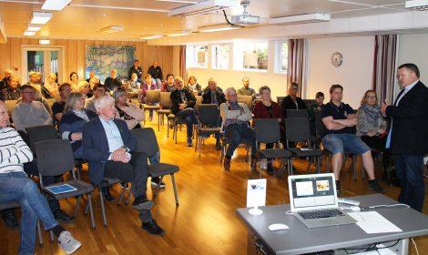 Rådmann Jon Gjæver Pedersen var en av mange som informerte under det åpne møtet på Lampeland Hotell.