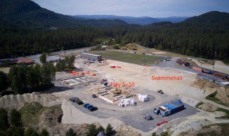 Slik ser det ut på byggeplassen for Flesberg skole på Stevingsmogen i øyeblikket. Dette drone-bildet ble tatt 27. juni 2018.
