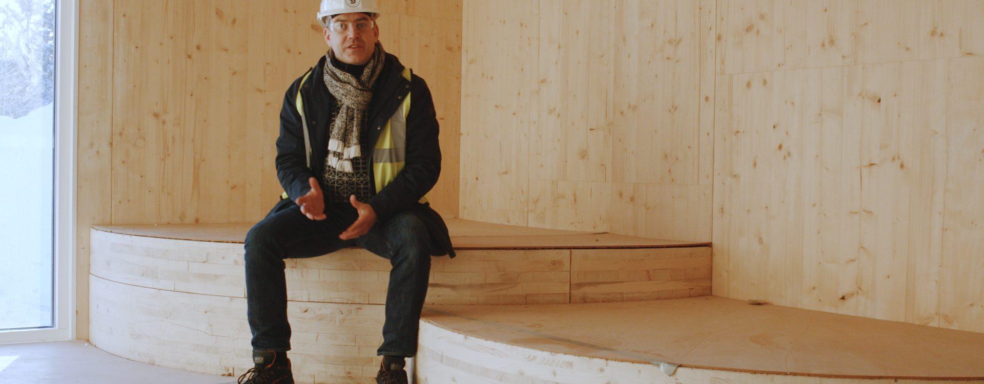 """– Gleder meg virkelig til å komme tilbake på besøk når skolen har blitt tatt i bruk, sier arkitekt og daglig leder i SPINN Arkiktekter, James Dodson som var strålende fornøyd etter befaringen i """"hjerterommet"""" på nye Flesberg skole."""
