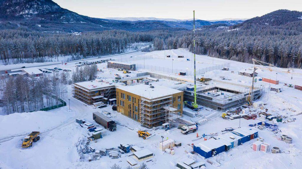 """Råbygget til skoleprosjektets """"hjerterom"""" er på plass. Nå er det svømmehall og idrettshall som står for tur."""
