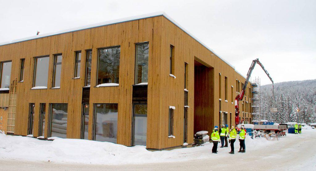 """""""HJERTEROMMET"""". Nye Flesberg skoles """"Hjerterom"""", sentrallokalet mellom de to hovedfløyene, begynner å bli ferdig."""