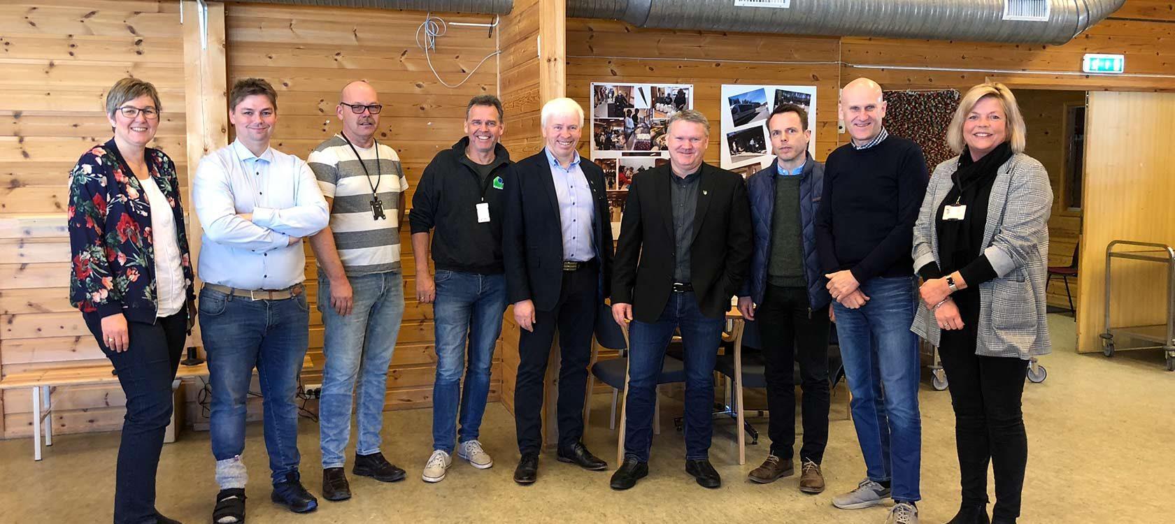 Fra venstre Anne Mette Aaby (Rektor, Flesberg skole), Øyvind Bakken (Backe Stor-Oslo), Sven Arild Lia (KKE), Kjetil Skillberg (KKE), Oddvar Garås (ordfører Flesberg kommune), Jon Gjæver Pedersen (rådmann Flesberg kommune, Christian Molt Riise (Backe Stor-Oslo), Brynjar Henriksen (KKE) og Kristin Borander (WSP)