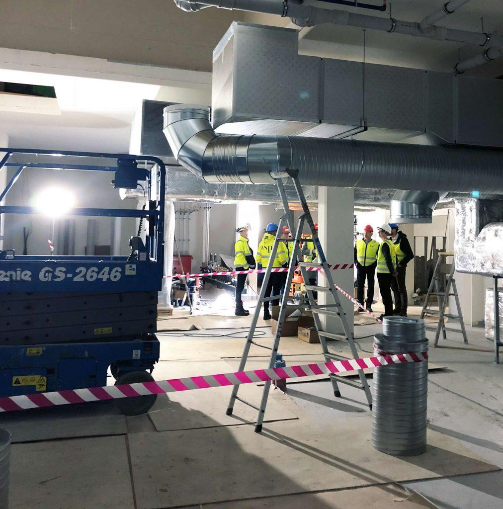 Deltakerne på befaringen fikk se hvor mye ventilasjonsutstyr som trengs i det tekniske rommet til idrettshallen