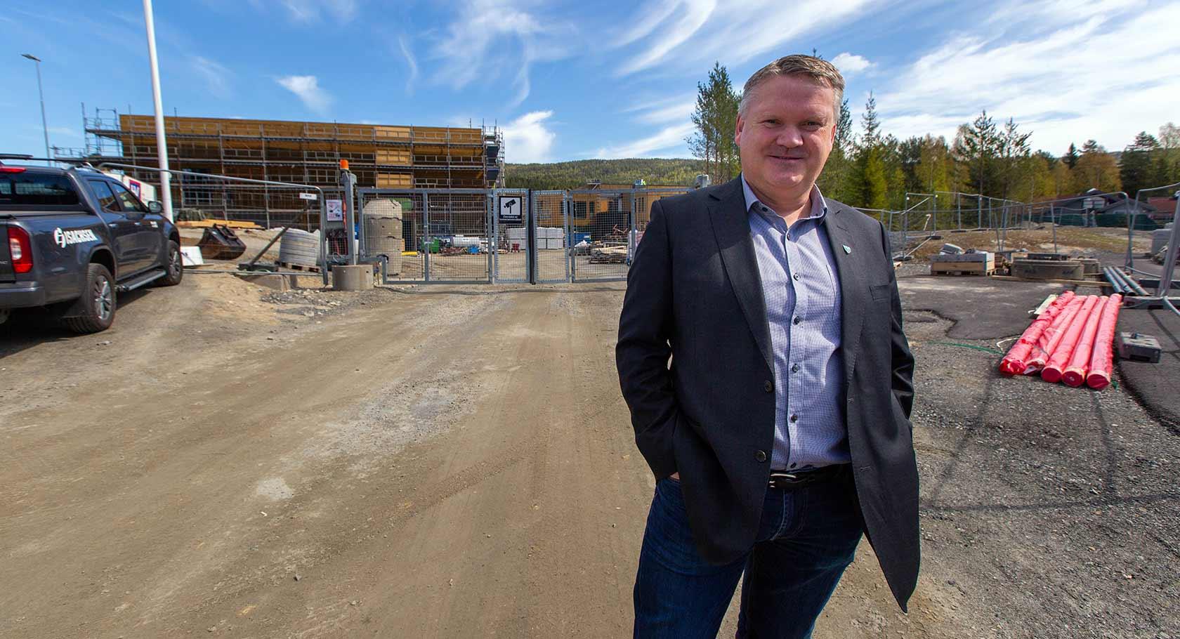 Rådmann Jon Gjæver Pedersen ble imponert over det han fikk se på anleggsområdet på Stevningsmoen. – Det er artig å se at ting nå begynner å falle på plass, sier Pedersen.